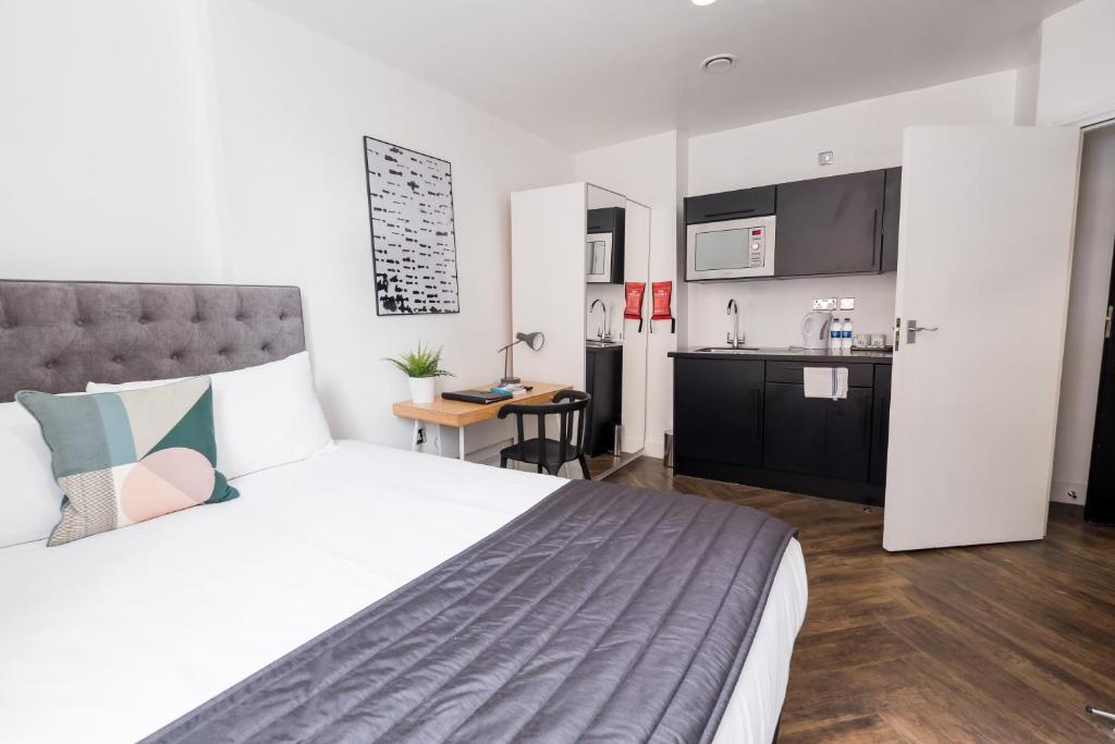 En eller flere senge i et værelse på The Dome Sloane Square