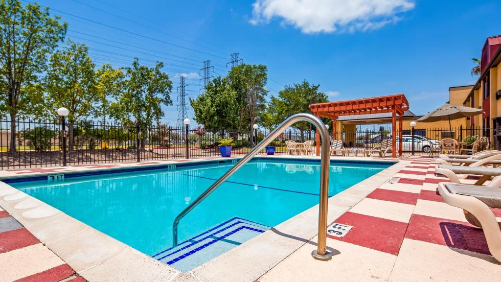 The swimming pool at or close to Best Western Webster/NASA