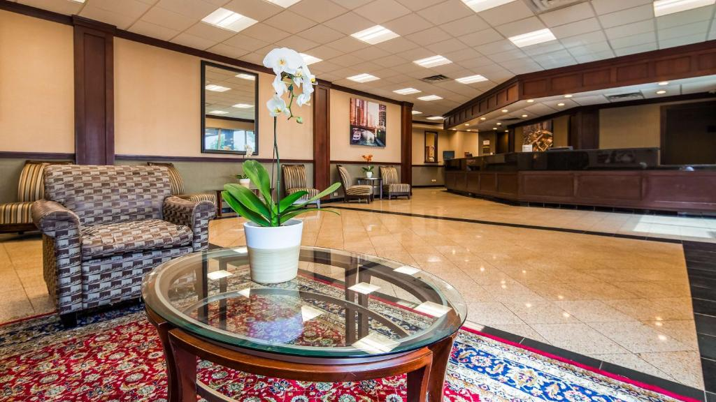 The lobby or reception area at Best Western Plus Chicago Hillside