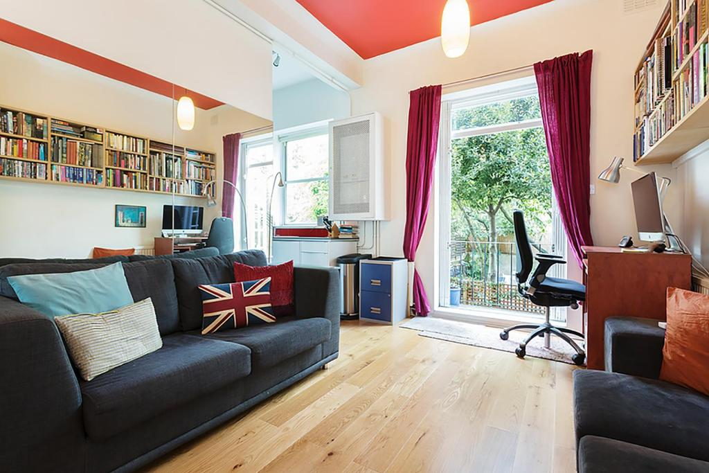 A seating area at Beautiful Notting Hill Garden Apartment