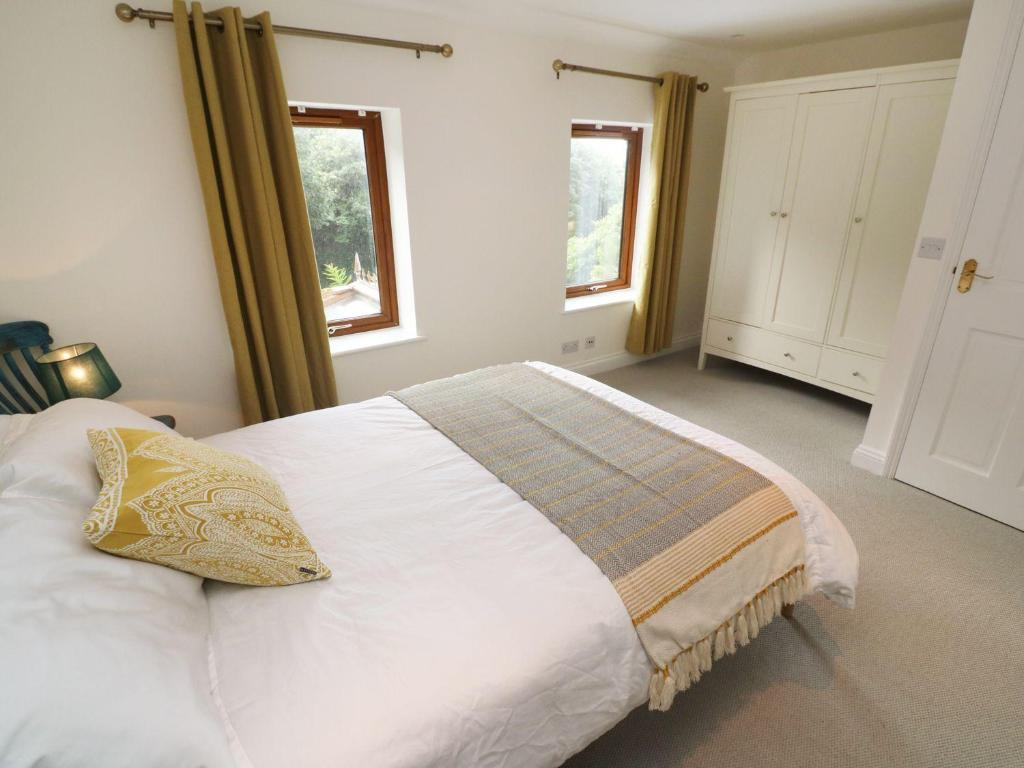 A bed or beds in a room at Lavender Cottage, St. Agnes