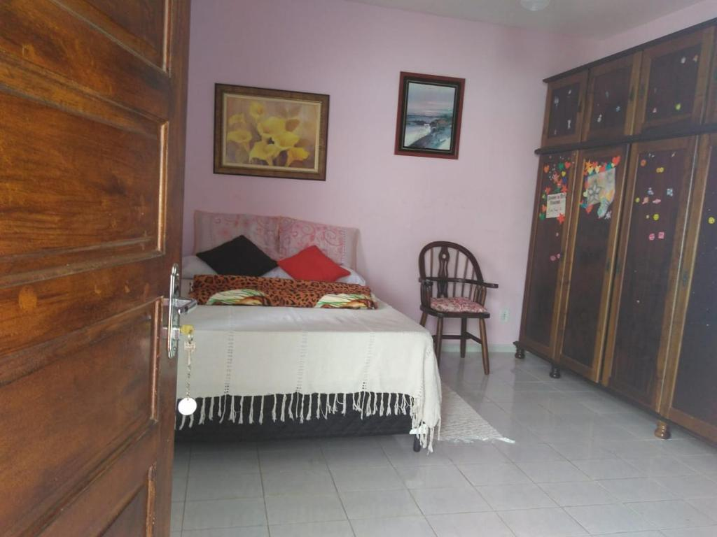 A bed or beds in a room at Suíte da Roseli