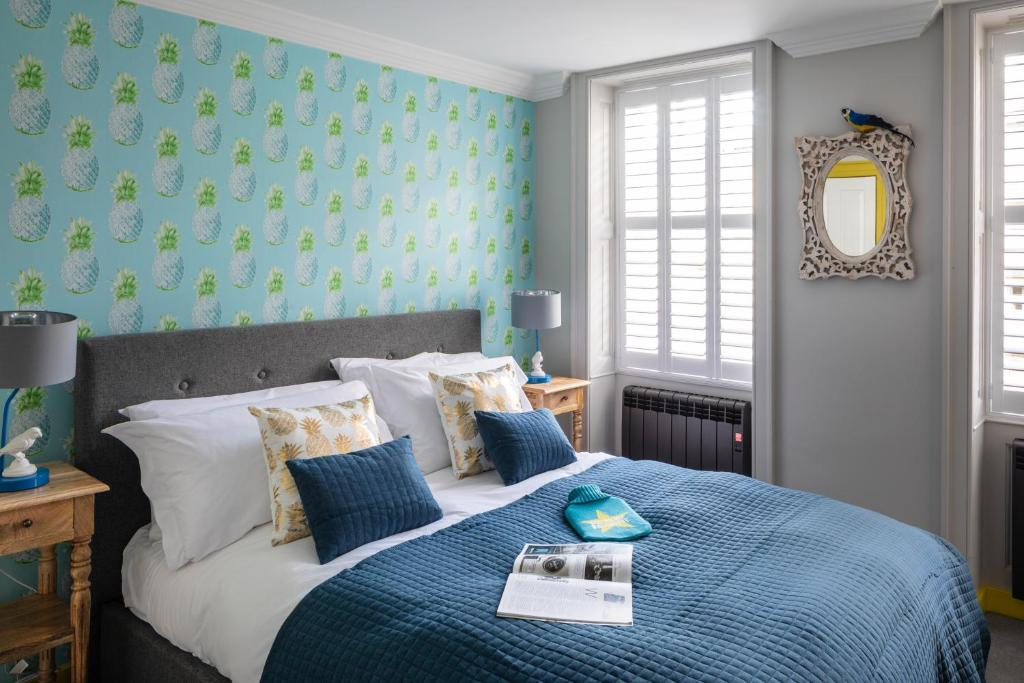A bed or beds in a room at Dream Stays Bath - Kingsmead Street