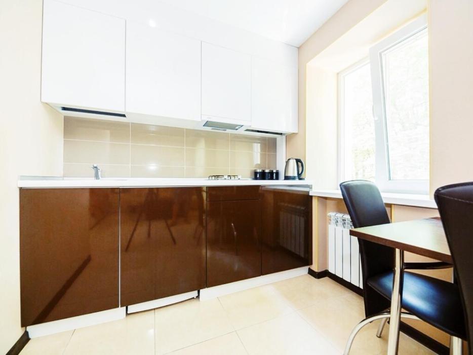 Кухня или мини-кухня в Apartment on Oktyabrya 116