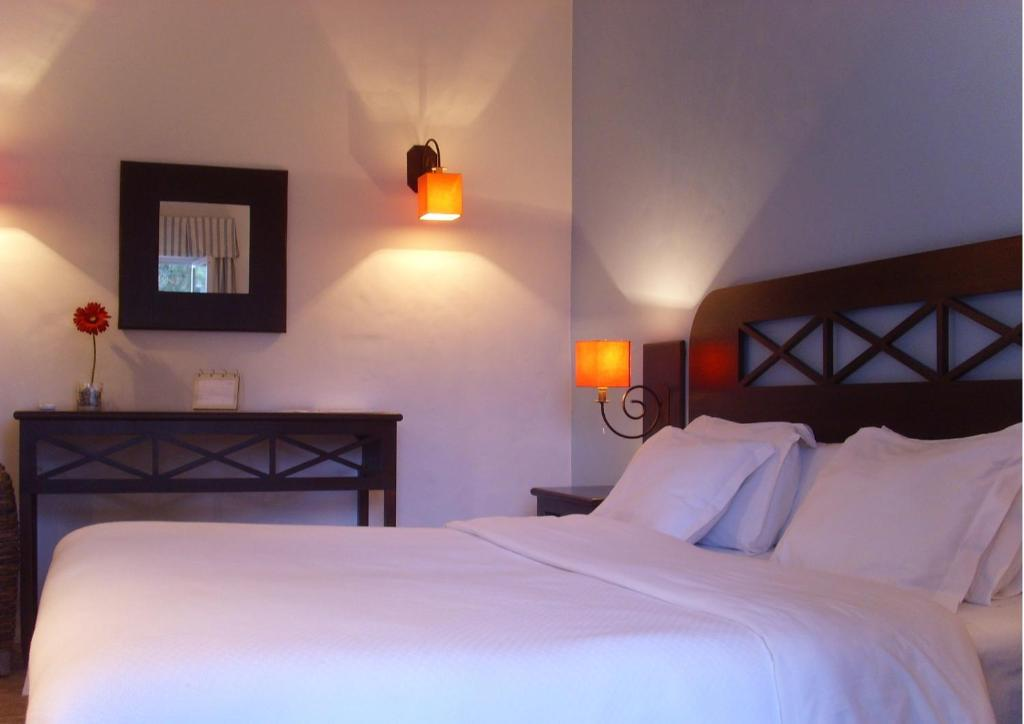 A bed or beds in a room at Hotel Rural Monte da Leziria