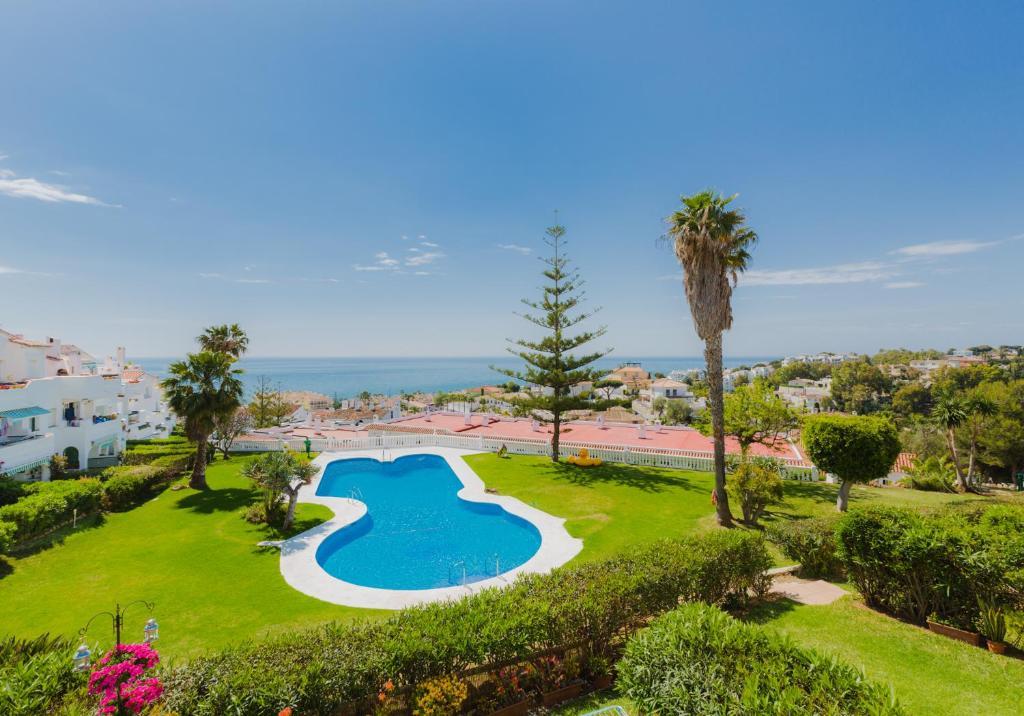 Uitzicht op het zwembad bij Apartamentos Torrenueva Park of in de buurt