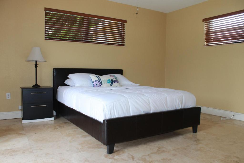 Tempat tidur dalam kamar di New Pool Home in Hollywood Beach Miami PRIVATE!