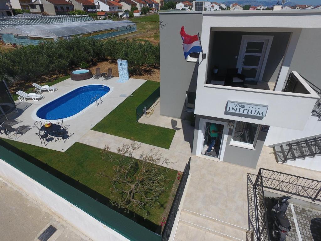 Ein Blick auf den Pool von der Unterkunft Villa Initium oder aus der Nähe