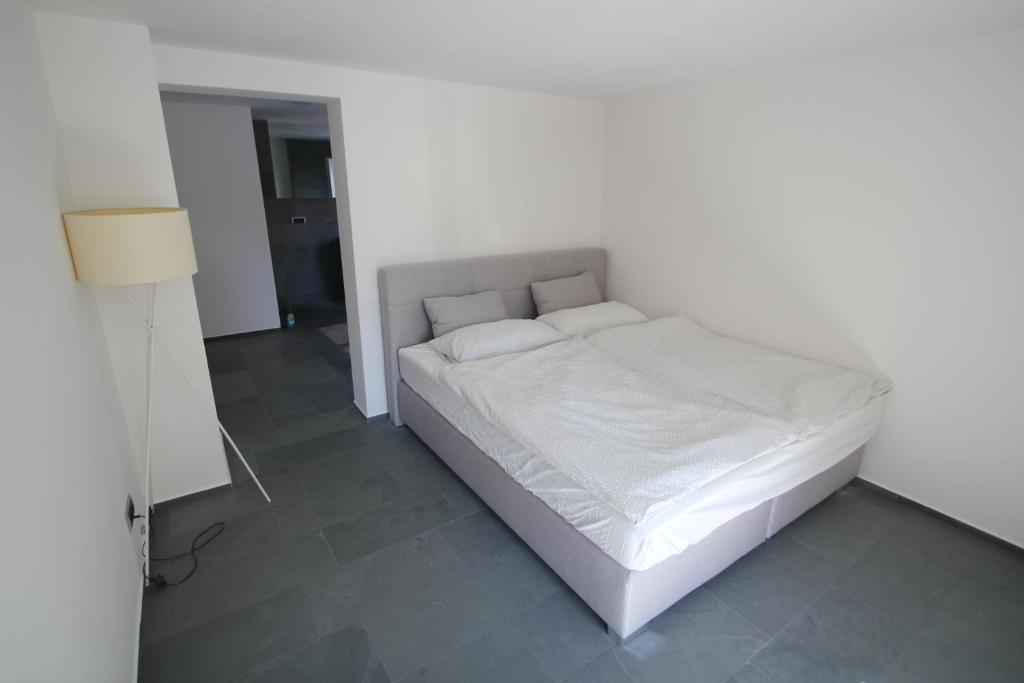 A Bed Or Beds In A Room At Ferienwohnung Rabattz *Moderne Einrichtung/Direkt  Am