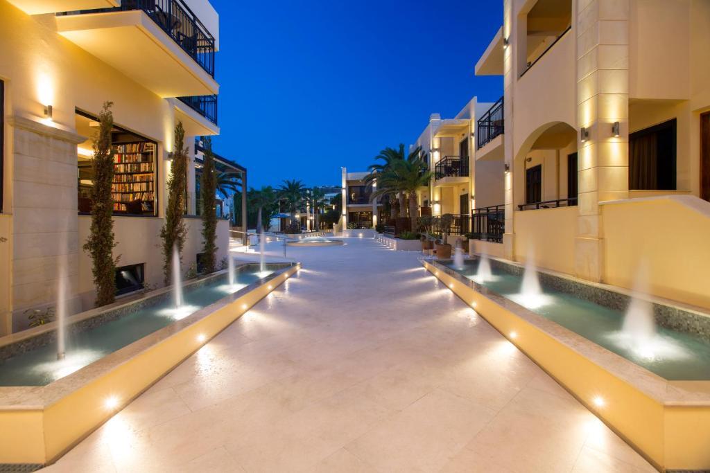 Бассейн в Atlantis Beach Hotel или поблизости