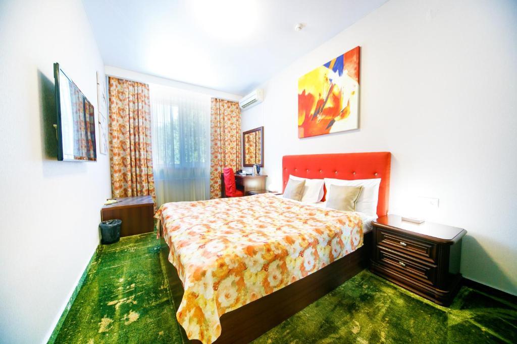 Кровать или кровати в номере Петровский Пассаж