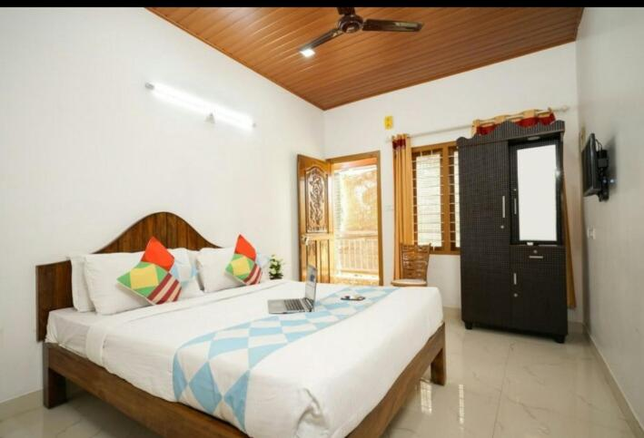 A bed or beds in a room at Munnar Minds Homestay