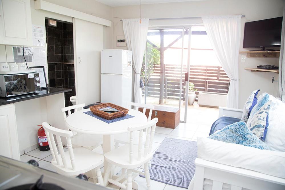 Apartment Ansteys Beach Self Catering, Durban, South ...