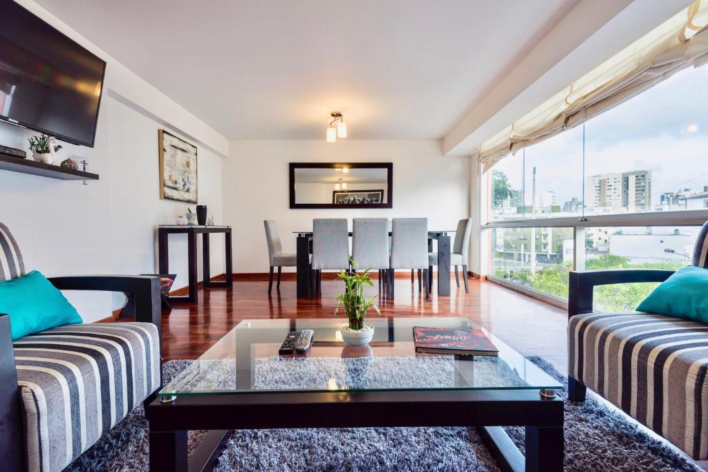 A seating area at ALU Apartments - Miraflores Boardwalk