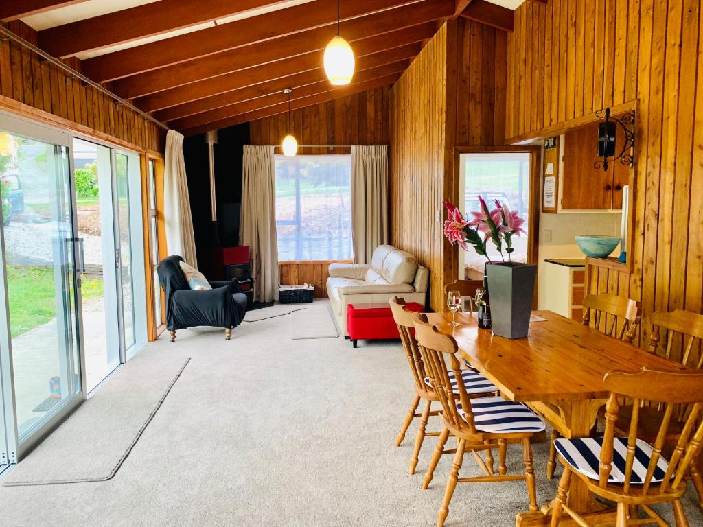 A seating area at Cosy Warm Arrowtown Cottage