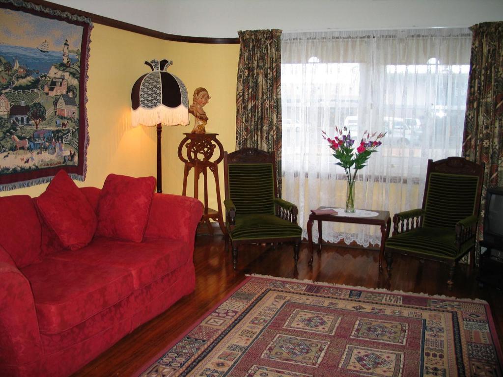 Uma área de estar em Apartments Down Town