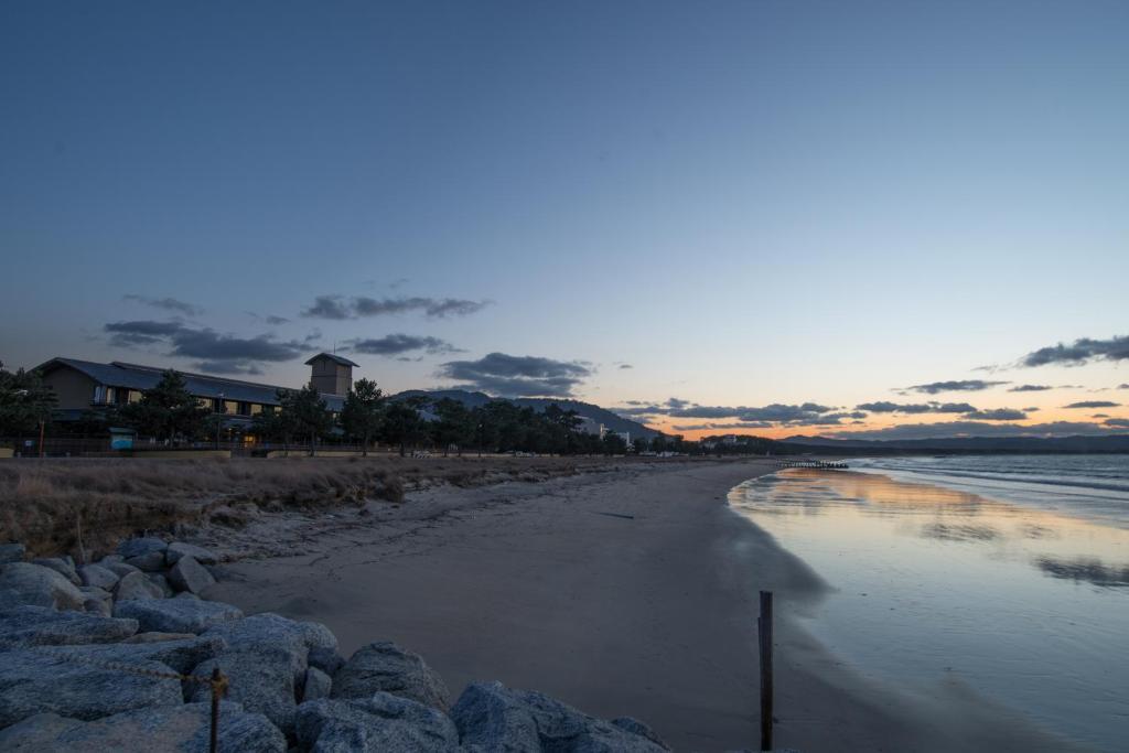 ポイント1.浜崎海岸が目の前で海水浴が楽しめる