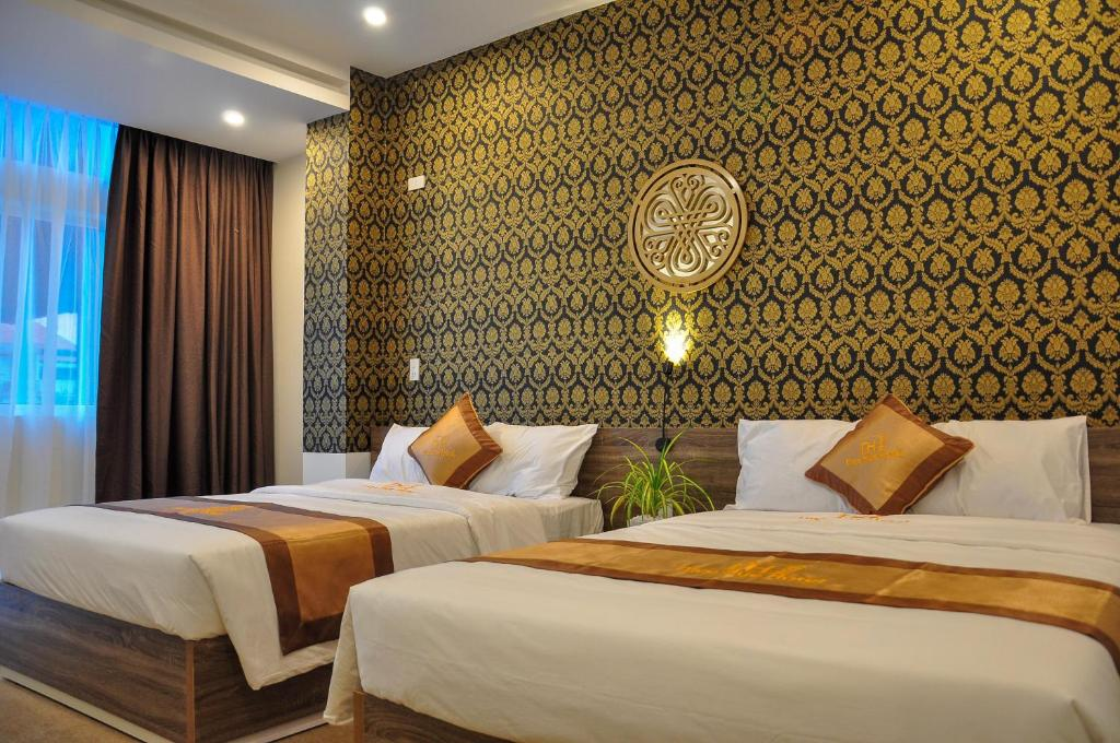 A bed or beds in a room at Nice Hue Hotel