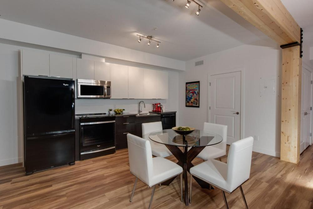 Stylish Condo Close To Royal Alex And Downtown W Parking And