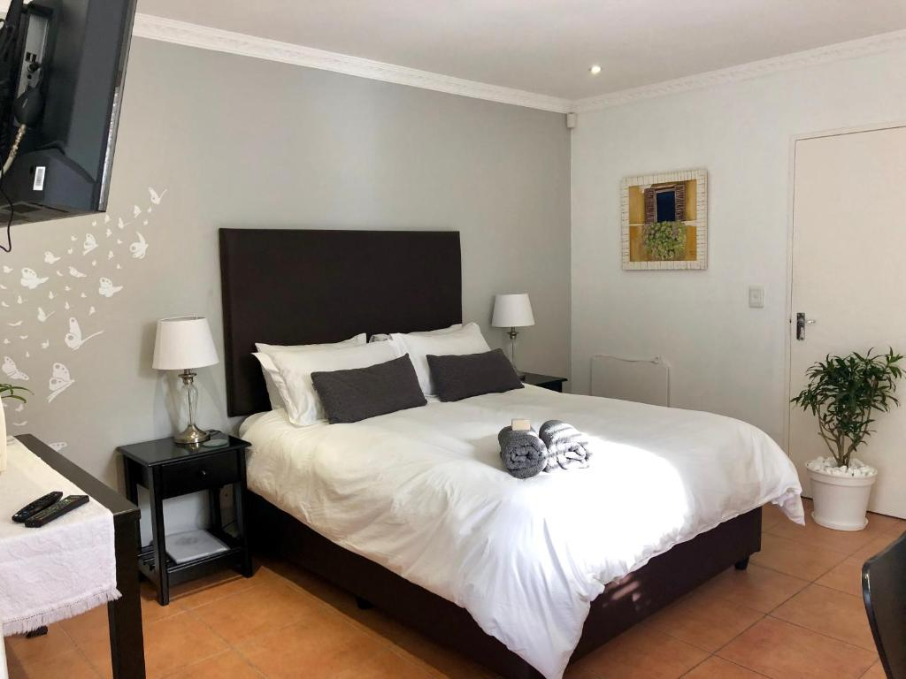 A bed or beds in a room at Brady's Self Catering Guest Suite