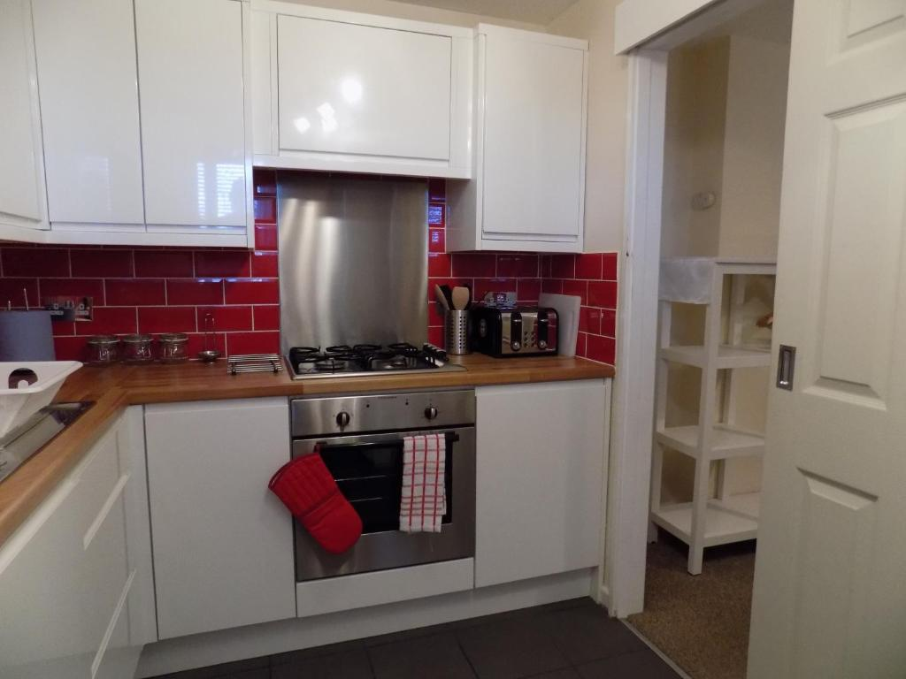 A kitchen or kitchenette at A Home From Home 3