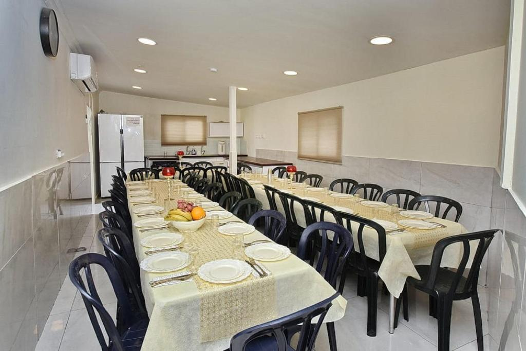 A restaurant or other place to eat at Hadar Harashbi