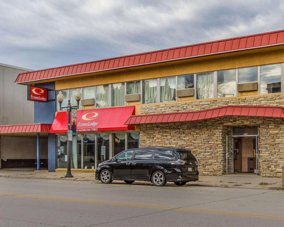Econo Lodge Manitowoc Wi Booking Com