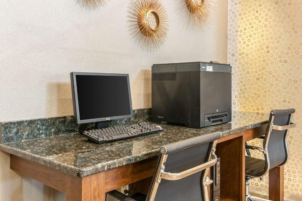 Hotel Comfort Suites Vincennes In Booking Com