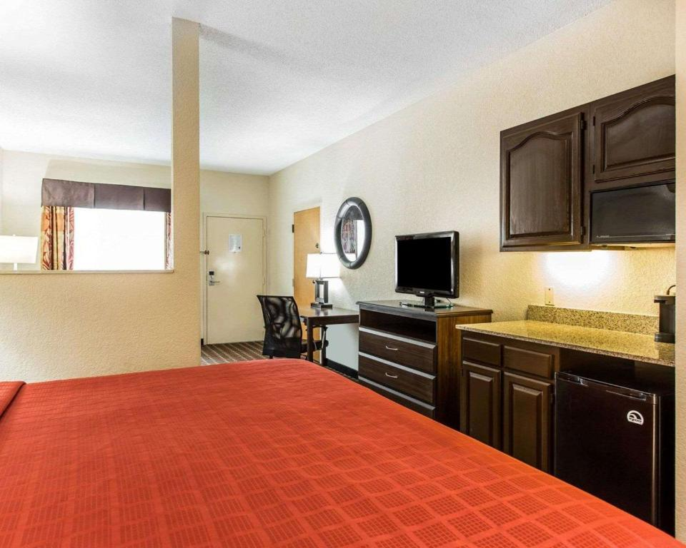 Quality Suites Convention Center - Hickory