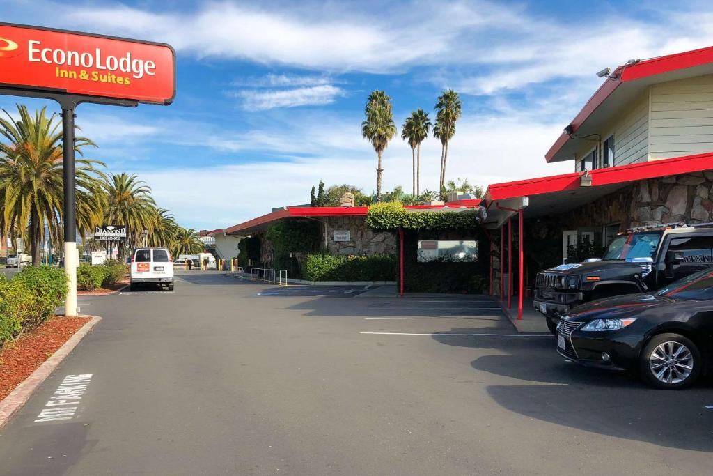 Econo Lodge Inn Suites Oakland Airport Ca Booking Com