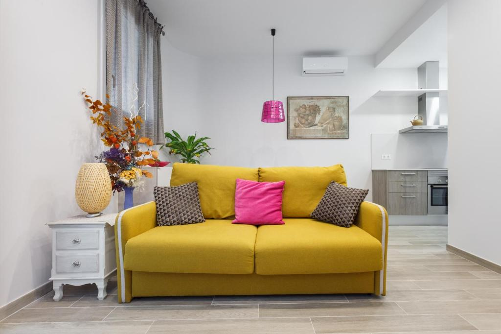 A seating area at Beautiful Apartment 20 minutes from city center