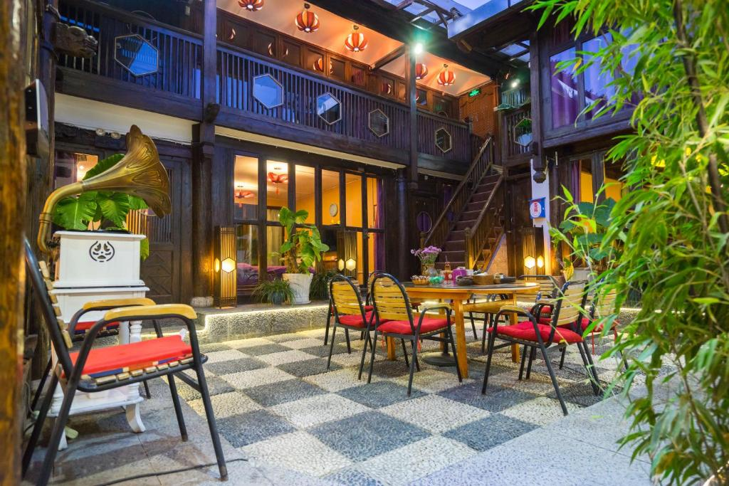 A restaurant or other place to eat at Mo Fang Boutique Hotel (Lijiang Xiaoshiqiao)