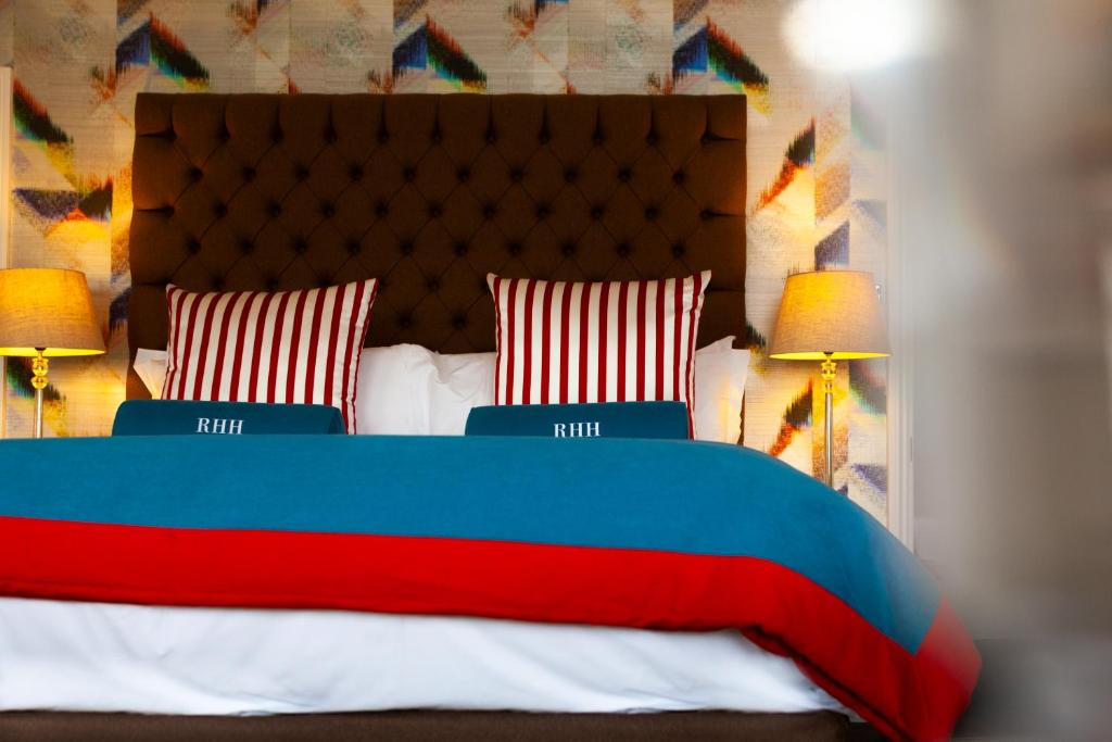 A bed or beds in a room at Richmond Harbour Hotel