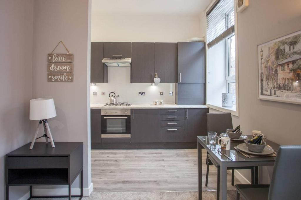 A kitchen or kitchenette at Fresh and cosy flat minutes from West End