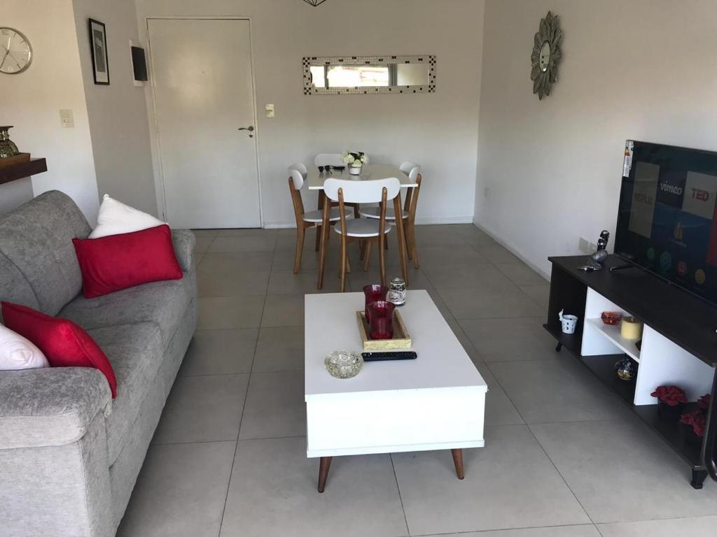 A seating area at Amplio, moderno y luminoso departamento en la mejor zona de Tigre