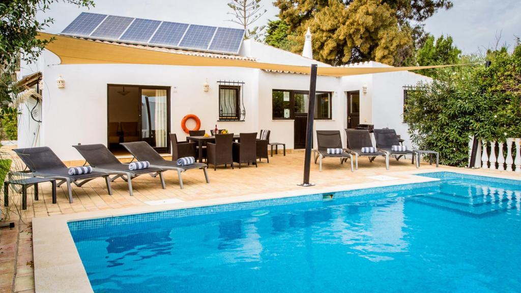 The swimming pool at or near Carvoeiro Villa Sleeps 6 Pool Air Con WiFi