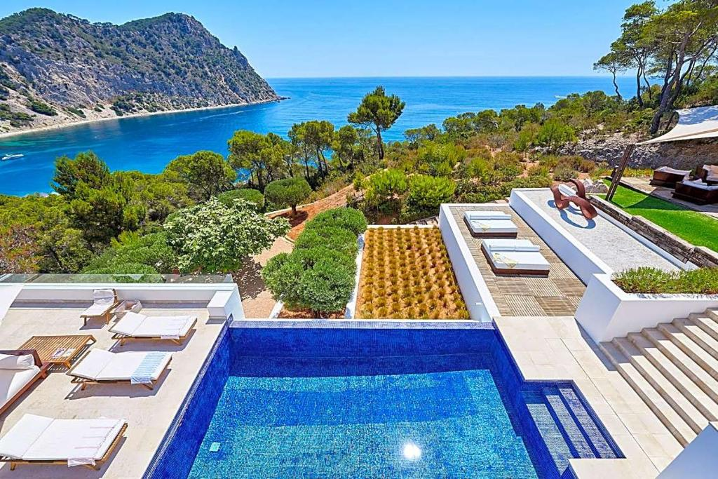 Cala Llonga Villa Sleeps 10 Pool Air Con WiFi, Spain