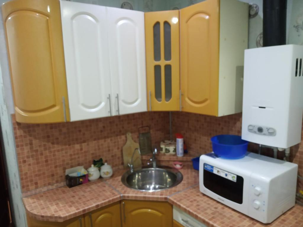 Кухня или мини-кухня в Apartment on Kostenko 44
