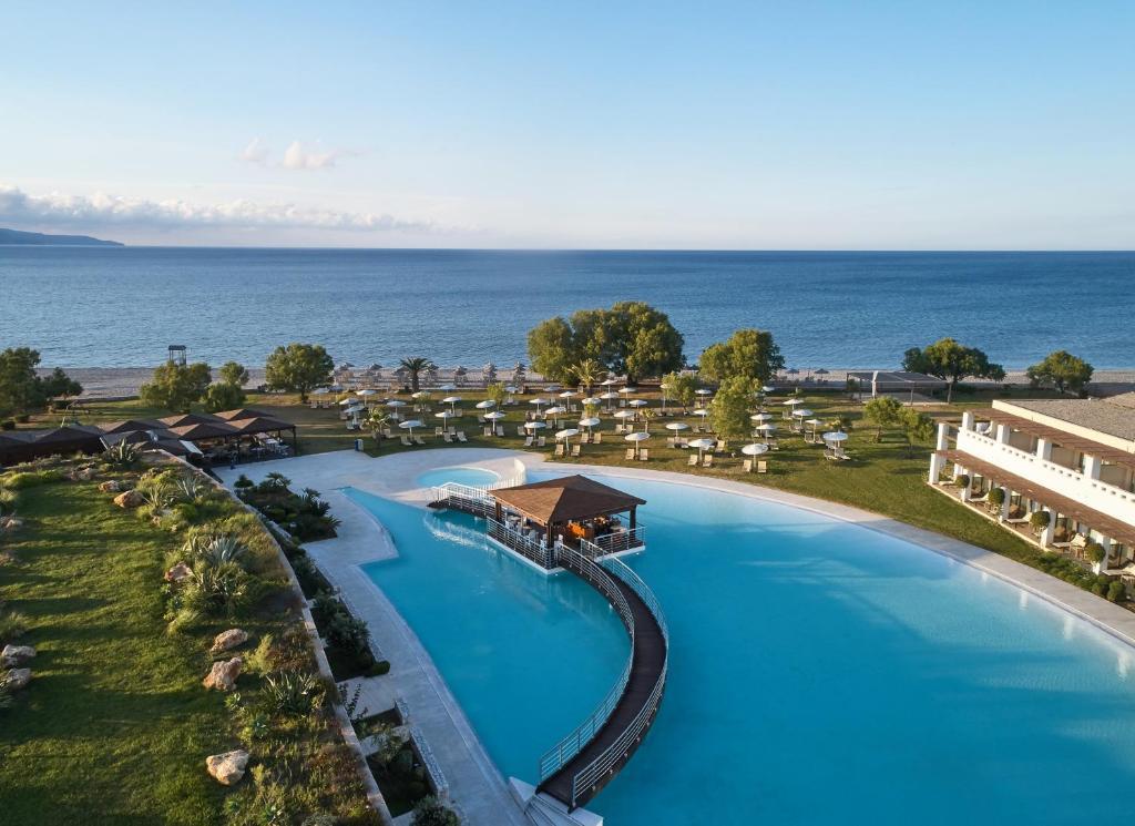 Uitzicht op het zwembad bij Giannoulis – Cavo Spada Luxury Sports & Leisure Resort & Spa of in de buurt
