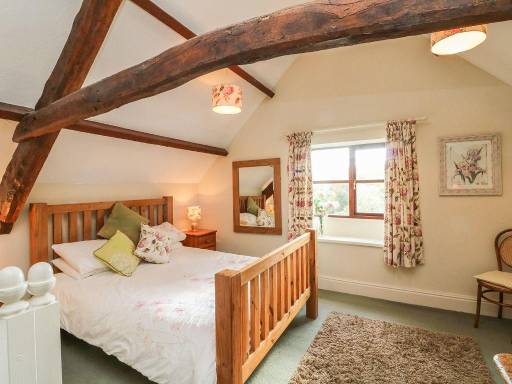 A bed or beds in a room at Oak Cottage, Umberleigh