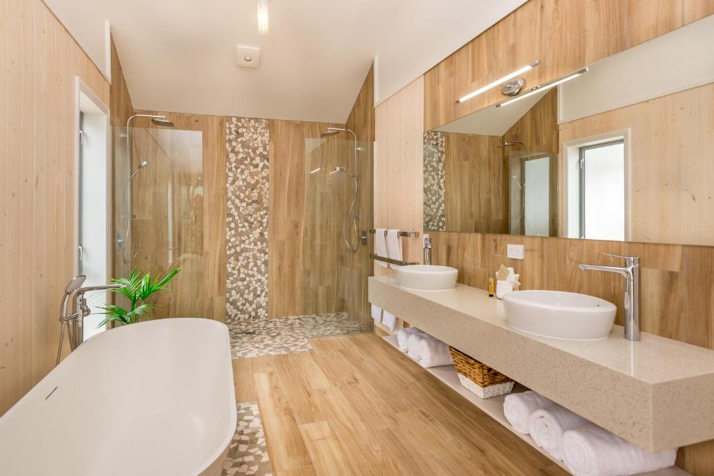 A bathroom at Copthorne Hotel & Resort Hokianga