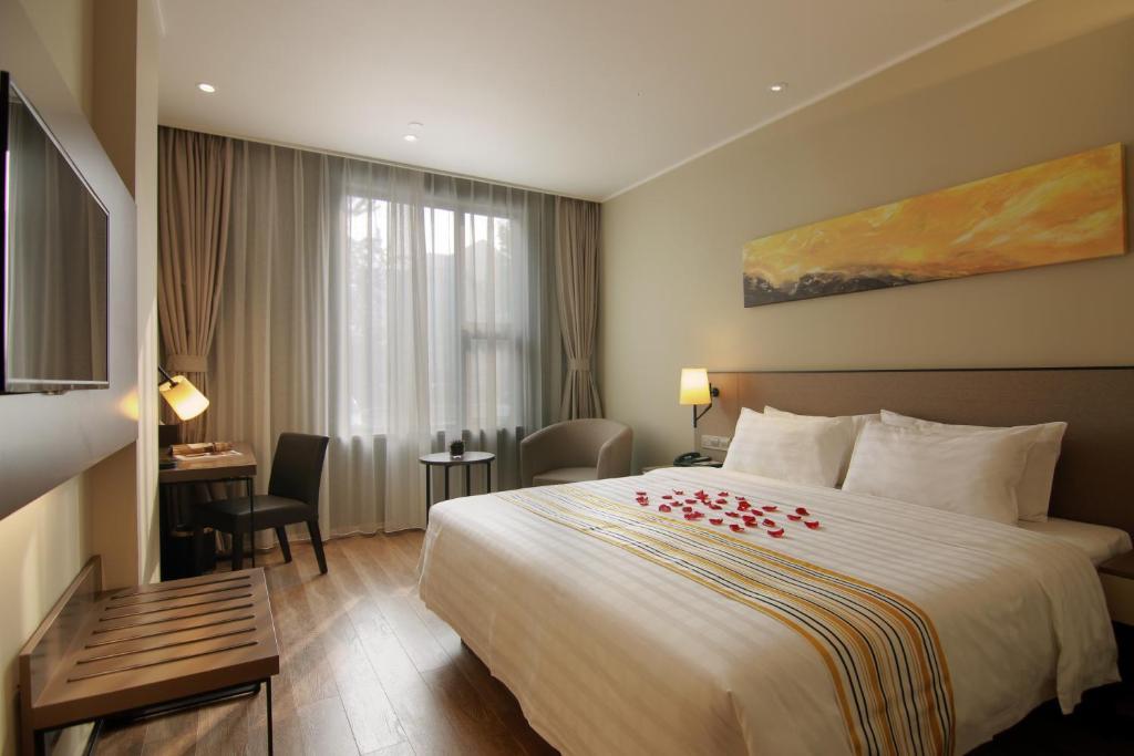 Home Inn Plus Shanghai Hongqiao Road Metro Stationにあるベッド