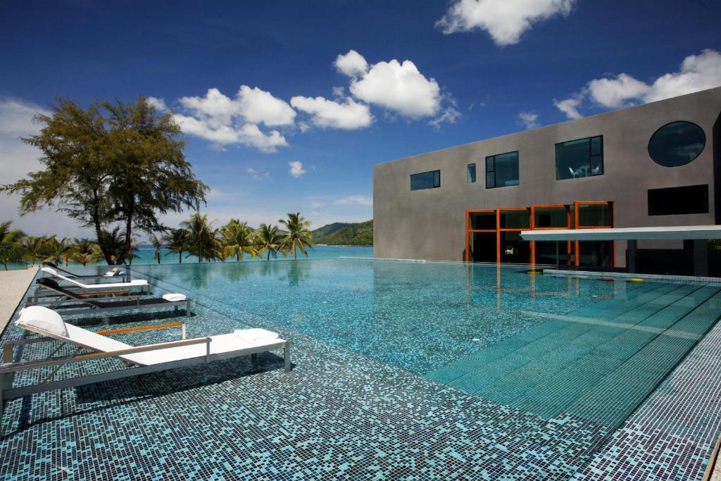 The swimming pool at or near B-Lay Tong Beach Resort