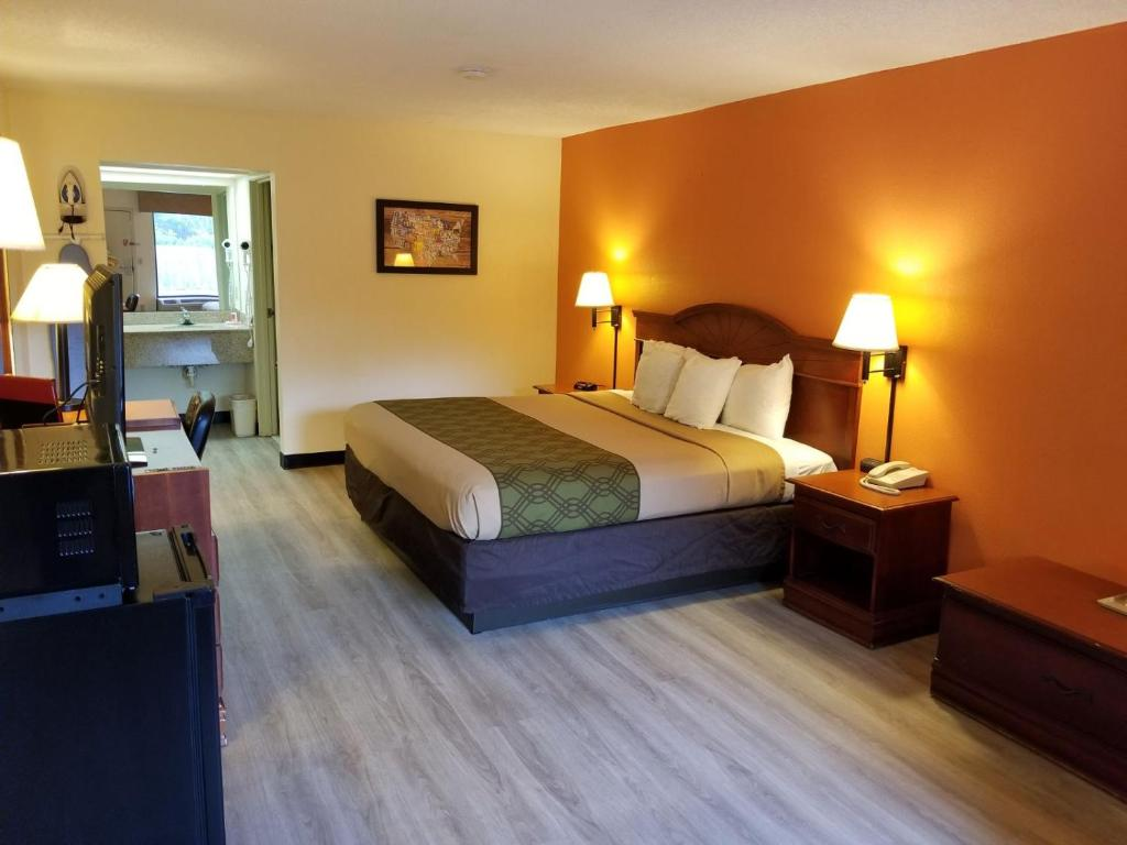 A Bed Or Beds In Room At Econo Lodge Inn Suites Gulfport