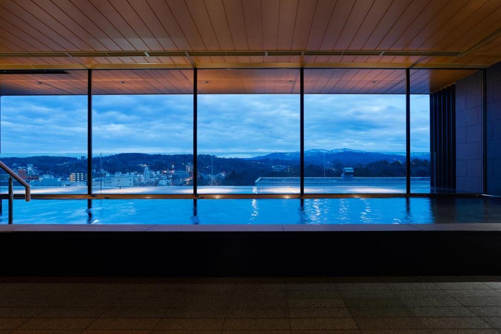 ポイント1.金沢の眺めが広がる大パノラマ大浴場