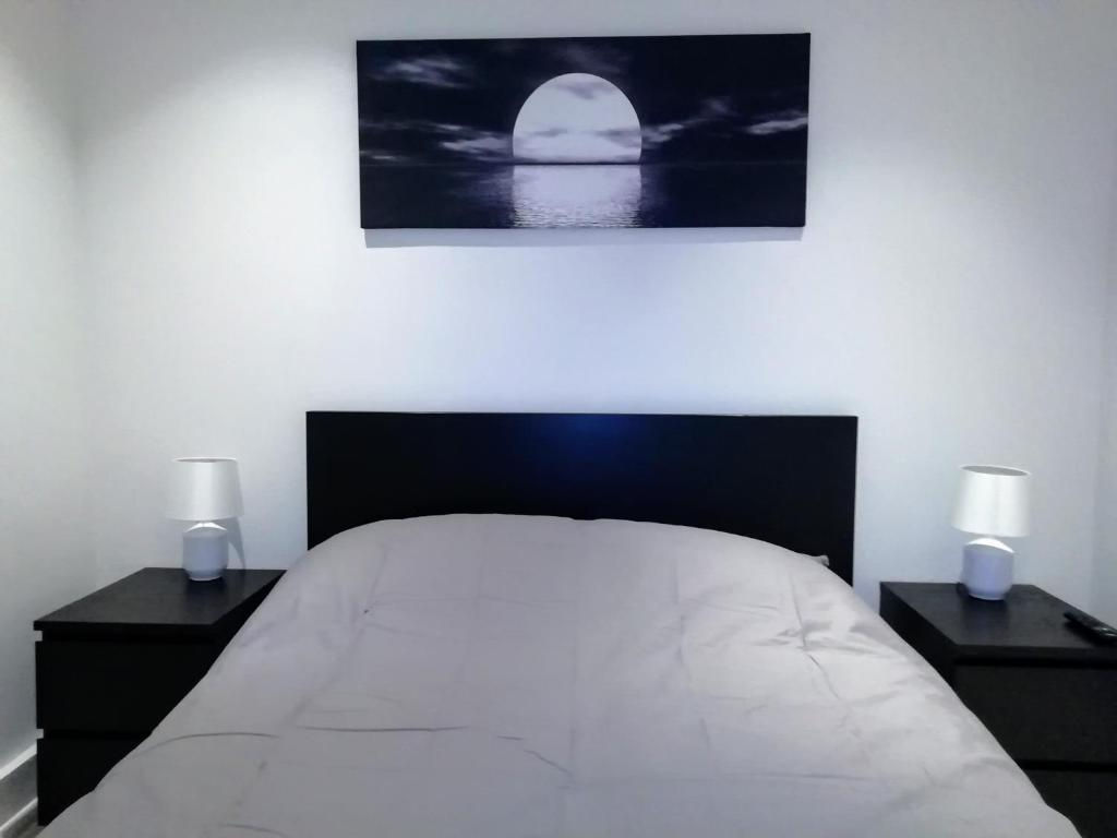 A bed or beds in a room at SOHO DESIGNER APARTMENTS, SHAFTESBURY AVENUE