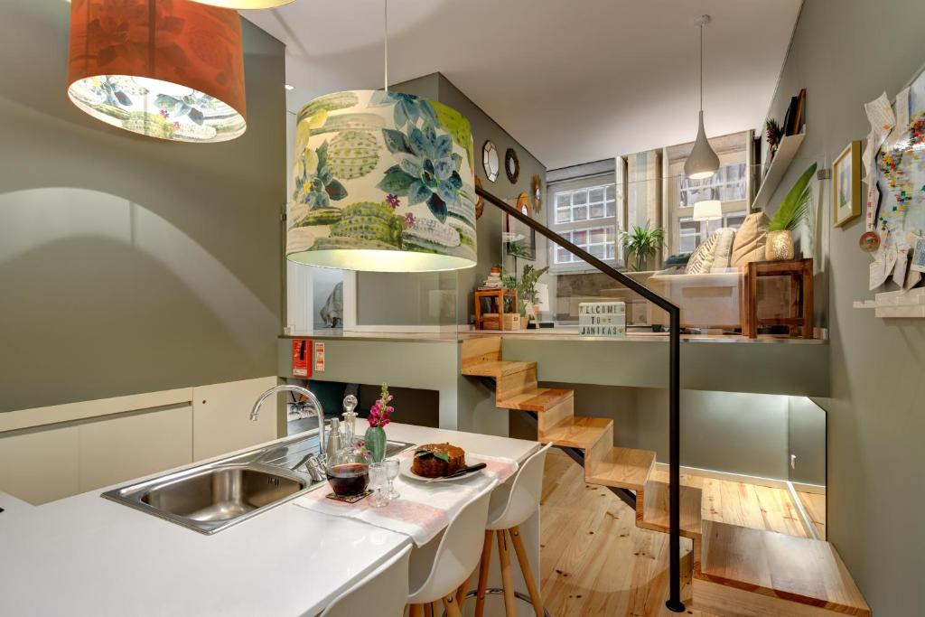 A kitchen or kitchenette at Janika's Apartment