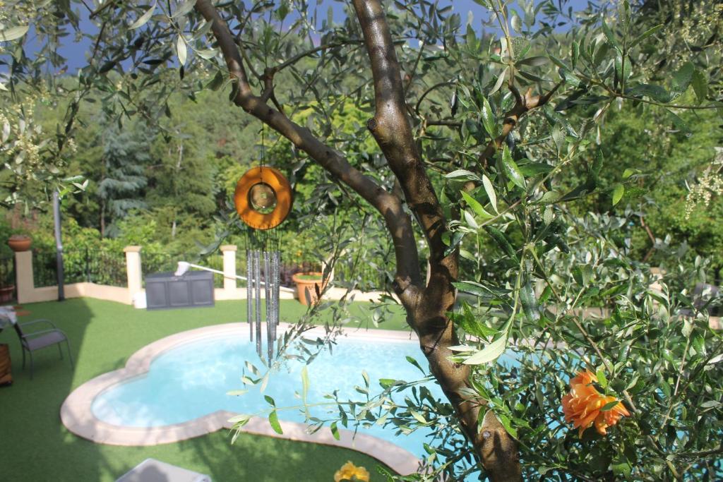 Vue sur la piscine de l'établissement Chambres d'hôtes Les Rigourdiers ou sur une piscine à proximité