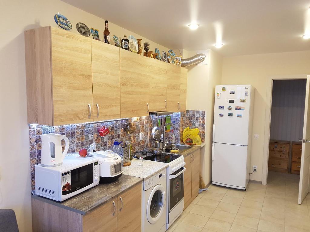 A kitchen or kitchenette at бульвар 60 лет Октября двухкомнатная с большой кухней