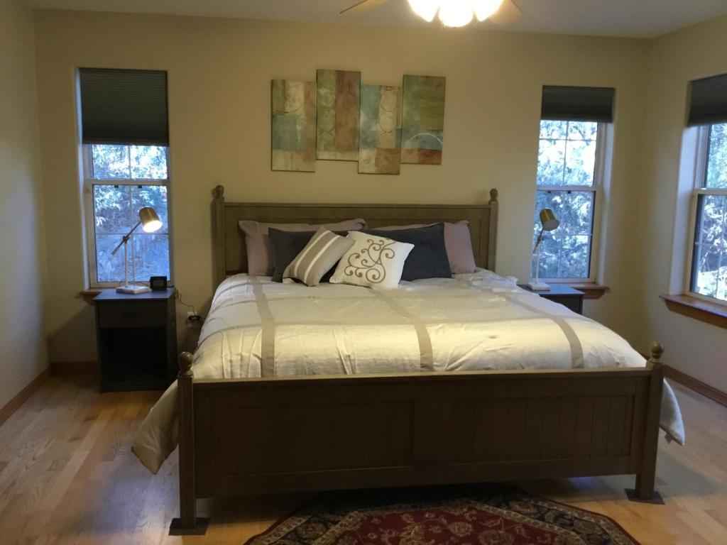 A bed or beds in a room at Tewa's Mountain House